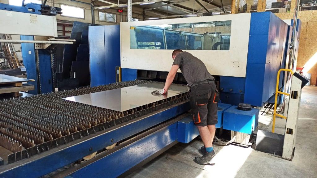 Operator obsługujący laser do cięcia blach stalowych w firme Elektron